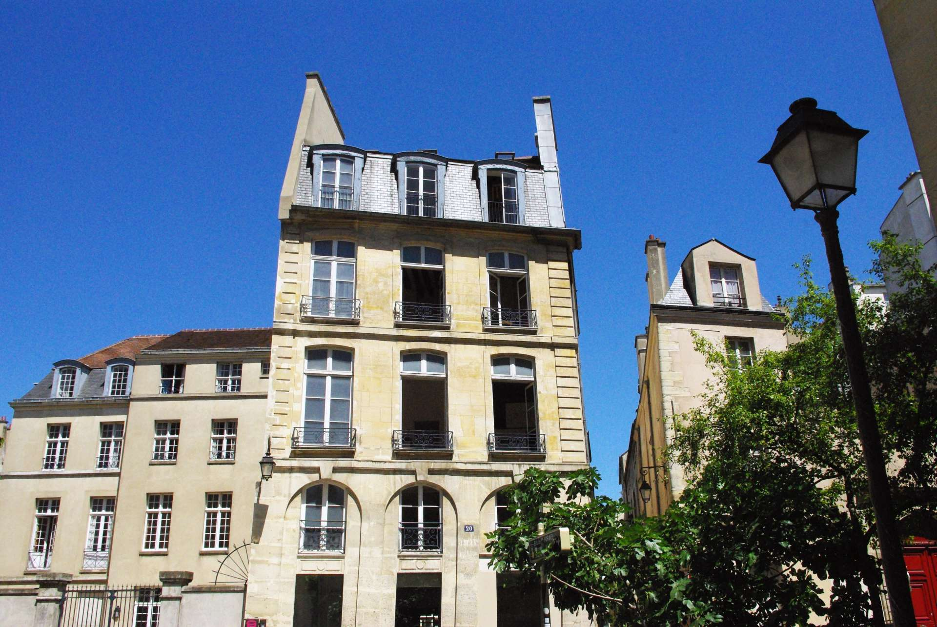 Facades in the Marais © French Moments
