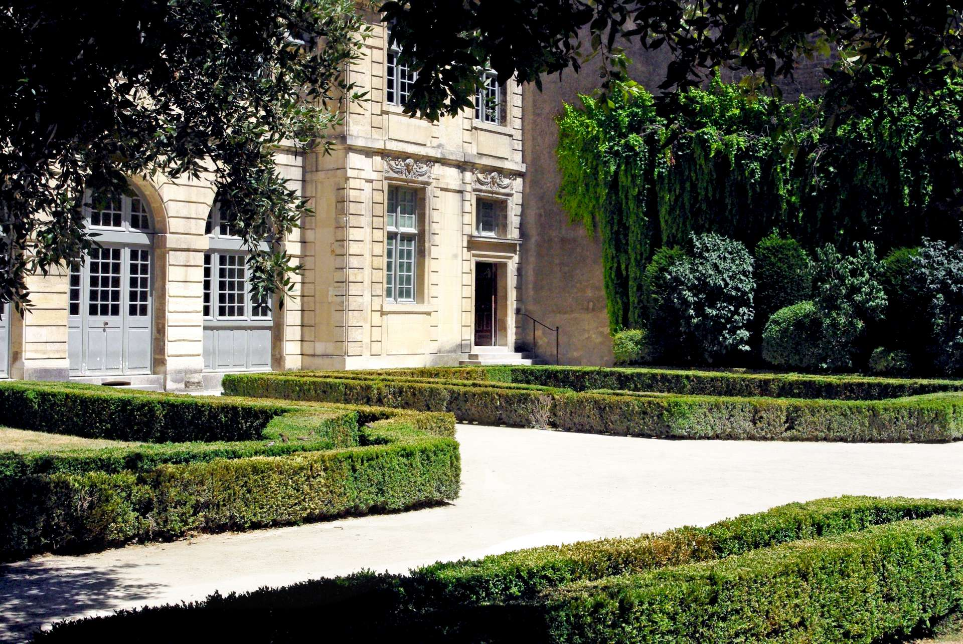 Garden of Hôtel de Sully © French Moments