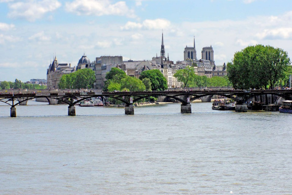 Banks of the Seine from Pont du Carrousel © French Moments